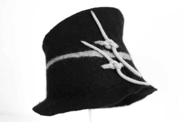 Chapeau noir et blanc en laine feutre